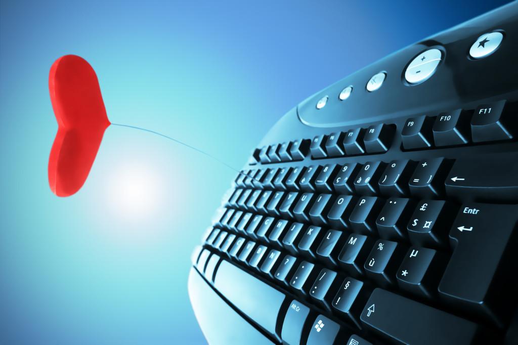 Sites de relacionamento - teclado e coração